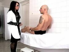 Мужик трахает медсестру итальянку