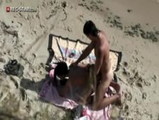 Трахнул горячую красотку на пляже не особо прячась