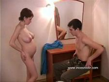 Парень трахает свою молодую беременную девушку