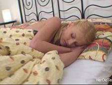 Папа трахнул спящую дочь и разбудил