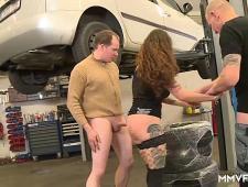 Ебут шлюху молодые ребята у себя в гараже
