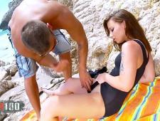 Любовники занимаются сексом под горячим солнцем