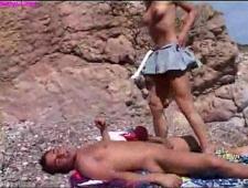 Трахает тихонько телку на пляже