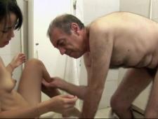 Дед трахает молодую внучку зажав ее против воли