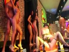 В клубе устроили голую вечеринку трахались все подряд
