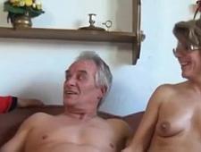 Взрослая дочка смотрит как её старые родители трахаются