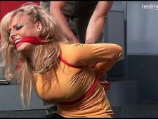 Блондинка кончает от жесткости