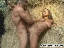 Сексуальный мачо трахает бабу на сеновале