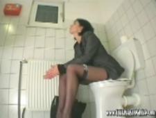 В офисном туалете мастурбирует
