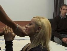 Парень смотрит как его девушка трахается