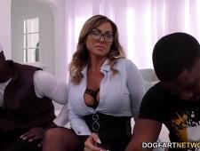 Два мужика трахают девушку черными хуями