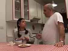 Дед трахает свою молодую внучку