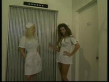 Две молоденькие озабоченные медсестры дают всем подряд