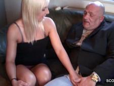Старый дед трахает молодую девушку
