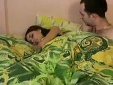 Парень трахает свою спящую девушку