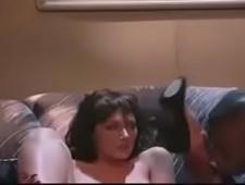 Темнокожий парень ласкает сексуальную мамку
