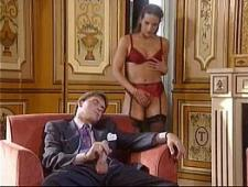 Зрелый мужик трахает проституток
