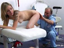 Девушка на приеме у озабоченного врача