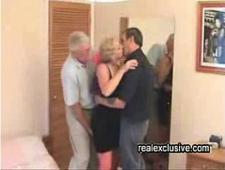 Муж с друзьями трахают пьяную жену