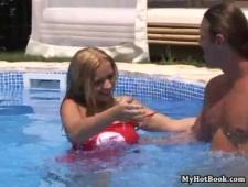 Молодая чудачка в бассейне демонстрирует свою гибкость