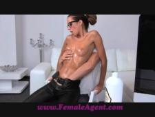 Сексуальная телочка обмазывается маслом