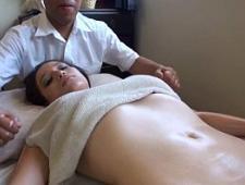 Нежно делает массаж молодой девушке