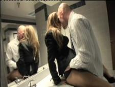 Босс застукал на рабочем месте парочку как они ебутся, пришлось девушке отсосать