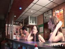 Пьяные шлюхи позволяют себя ебать в клубе