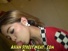 Тайская шлюха сосет туристу