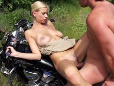 Телка клюнула на мотоцикл