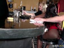Трахнул в баре двух шлюх в очко