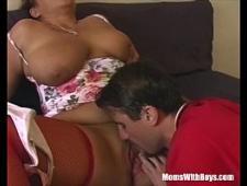 Лижет вагину грудастой тетке