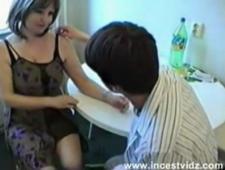 Русское порно сын ебет мать на столе