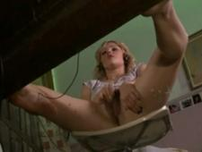 Играет с своей мокрой киской под столом