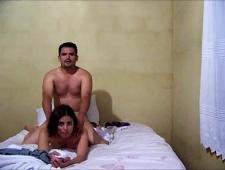 Мужик трахает девку в догги стайл