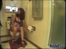 Лесби лижут писечки в туалете