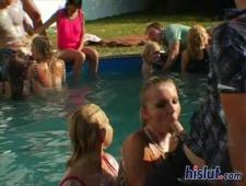 Тусовка в бассейне удалась