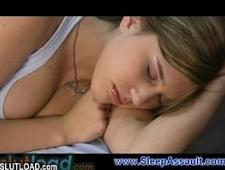 Парень осторожно трахает спящую девушку