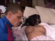Воспользовался спящей девкой
