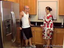 На кухне мамка трахается с сыном