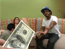 Смотрит как трахают девушку за деньги