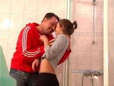 Папа трахает дочь в попу в жарком душе