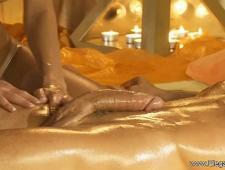 Обнаженная девушка делает клиенту массаж