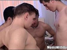 Сын ебет пьяную мать со своими друзьями
