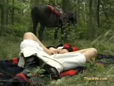 Наездницу выебали и обкончали в лесу