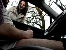 Дрочат на людях из машины