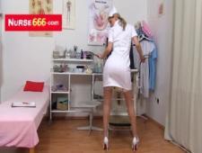 Медсестричка показывает свои прелести на высоком стуле