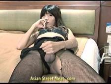 Мужик трахает тайскую проститутку с членом