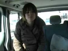 Ебет молодую шлюху на заднем сиденье