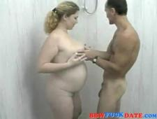 Принимает душ с беременной женой